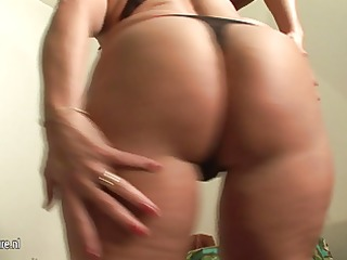 european dilettante housewife playing with herself