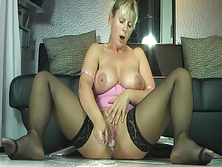 outrageuos squirting milf