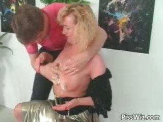 older slut loves to have a fun in hawt piddle