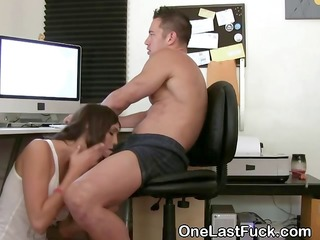 orall-service sex with hawt brunette ex at