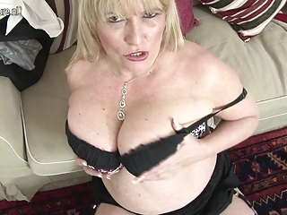 hawt british mother shows her great tits and